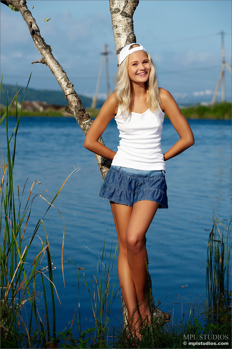 Seksowna laska nad jeziorkiem : blondyny, małe cyce, PORNO